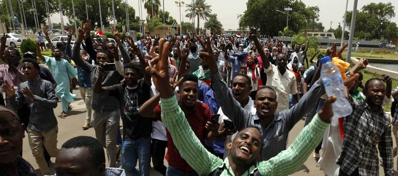 Des manifestants pro-démocratie célèbrent l'accord de transition, à Khartoum, le 4 août.