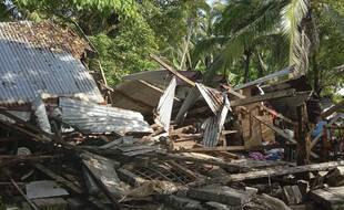 Des maisons en tôle n'ont pas résisté au séisme aux Philippines le 18 août 2020.