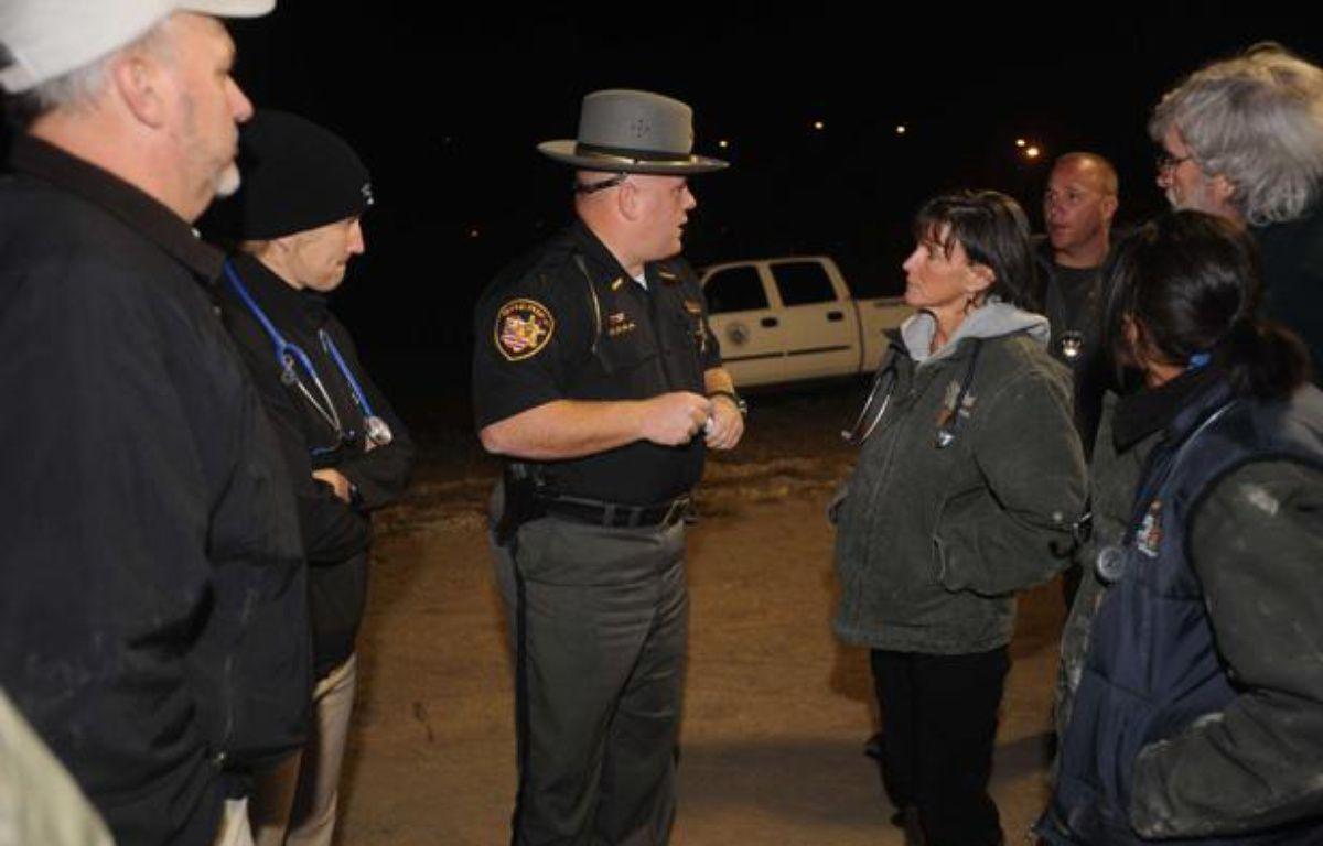 Le shérif informe la population après l'évasion d'une cinquantaine d'animaux sauvages d'un zoo de l'Ohio, le 18 octobre 2011. – AP Photo/Zanesville Times Recorder, Trevor Jones