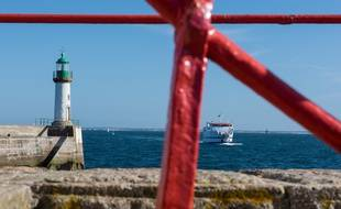 Un navire de la compagnie Océane s'approche du port de l'île de Groix, dans le Morbihan.