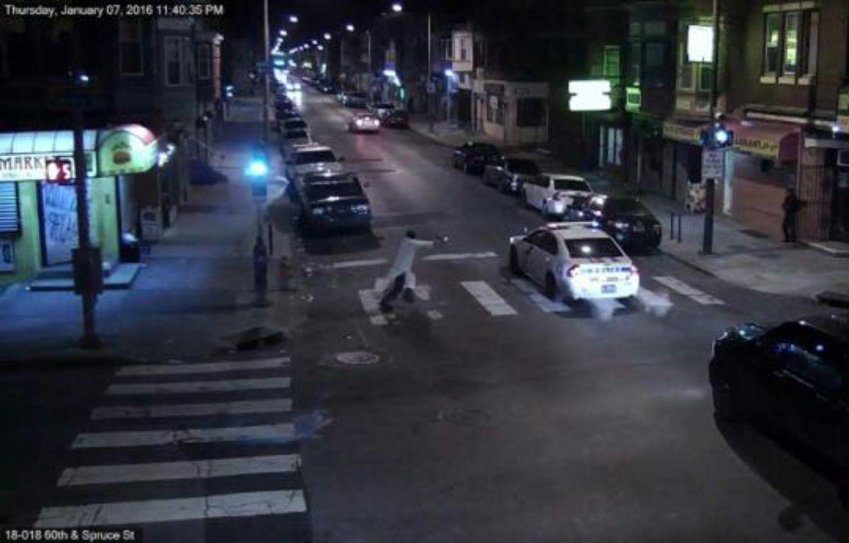 Capture d'image d'une vidéo de surveillance diffusée le 8 janvier 2016 par la police de Philadelphie et montrant un homme tirant sur un policier dans sa voiture –  Police de Philadelphie