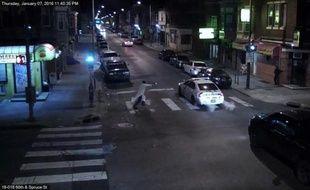 Capture d'image d'une vidéo de surveillance diffusée le 8 janvier 2016 par la police de Philadelphie et montrant un homme tirant sur un policier dans sa voiture