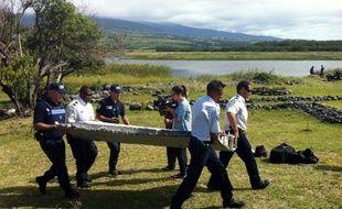 La police porte un débris d'avion non identifié retrouvé sur la côte de Saint-André de la Réunion, le 29 juillet 2015