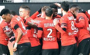 Les Rennais félicitent l'attaquant M'Baye Niang qui a ouvert le score d'une tête puissante face à Saint-Etienne.