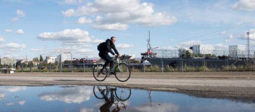 Un cycliste sur l'île de Nantes
