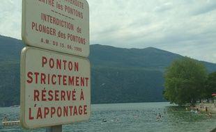 Illustration d'un lac où la baignade est interdite, en raison du risque de noyade. Ici au lac du Bourget en Savoie.