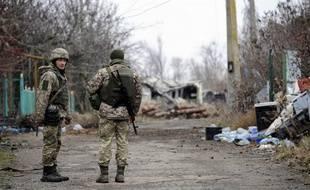 Des soldats ukrainiens à la frontière avec la Russie près de la ville de Shyrokyne