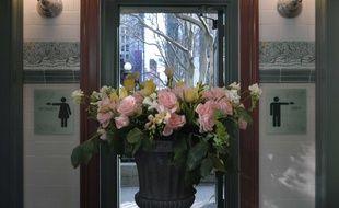 Musique classique et fleurs fraîches, les toilettes publiques les plus chics de New York ont rouvert fin avril dans le jardin public de Bryant Park.
