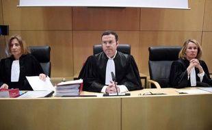 Le président du tribunal correctionnel de Rennes Nicolas Leger (au centre) et ses deux assesseurs à l'ouverture du procès des policiers mis en cause dans la mort de Zyed et Bouna, à Clichy-sous-Bois en 2005