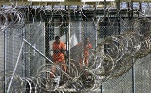 Dix ans après avoir accueilli ses premiers détenus, la très controversée prison de Guantanamo compte encore 171 hommes, malgré les promesses du président américain Barack Obama de la fermer, et reste pour beaucoup le symbole d'atteintes aux droits de l'Homme.
