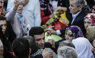Le chef de file du Parti démocratique des peuples (HDP), Selahattin Demirtas, assiste le 12 octobre 2015 aux funérailles d'une victime de l'attentat d'Ankara
