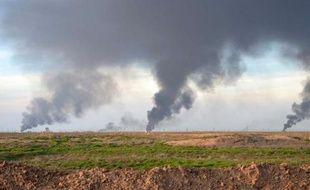De la fumée s'échappe d'un champ pétrolier près de Kirkouk, suite à une opération des forces kurdes irakiennes contre les jihadistes de l'EI le 31 janvier 2015