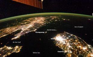 Sur cette image prise de la Station spatiale internationale, la Corée du Sud semble être une île au large de la Chine.