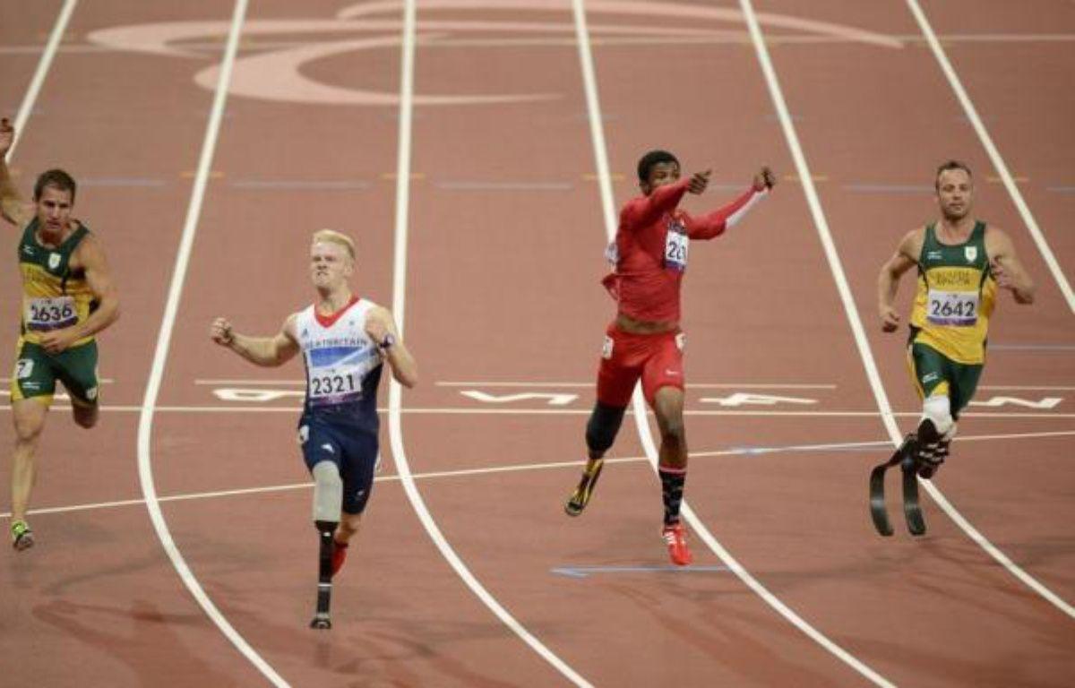 Le Sud-Africain Oscar Pistorius a perdu son titre sur 100 m jeudi soir aux jeux Paralympiques, gagné par le Britannique Jonnie Peacock, au cours d'une soirée également marquée par l'or d'Assia El Hannouni, en présence du président français François Hollande. – Adrian Dennis afp.com