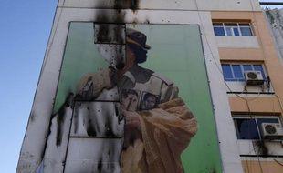 Un portrait géant endommagé de Mouammar Kadhafi à Tripoli (Libye), le 7 septembre 2011.