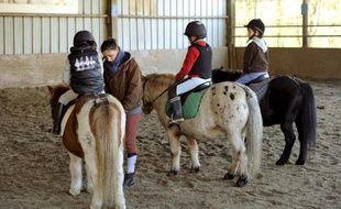 Des enfants prennent un cours d'équitation dans un centre équestre le 13 novembre 2013 à Orgères (Ille-et-Vilaine)