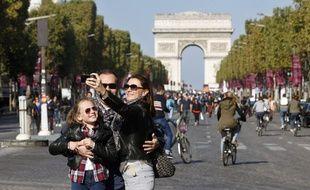 Une famille sur les Champs-Élysées lors de la journée sans voiture