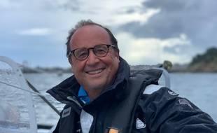François Hollande a fait une virée en mer vendredi après-midi à bord du du Multi50 Solidaires En Peloton-ARSEP.