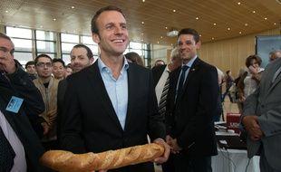 Emmanuel Macron pose avec une baguette de pain à Bercy pendant les Journées du Patrimoine le 19 septembre 2005.