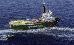 """Un bateau de Greenpeace, qui devait accoster à un quai accessible au public du port de Boulogne-sur-Mer (Pas-de-Calais), ville du ministre de la Pêche Frédéric Cuvillier, a finalement été redirigé vers un quai inaccessible à la population """"pour maintenir l'ordre public"""", a-t-on appris lundi de sources concordantes."""