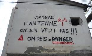 Les slogans ont fleuri dans le quartier toulousain du Grand Selve contre l'implantation d'une antenne-relais à Launaguet.