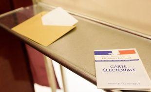 Dans l'isoloir, carte électorale et enveloppe prête à voter pour le second tour des élections cantonnales. 27/03/11 Toulouse