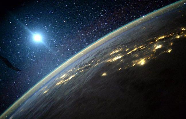 La Terre et la Lune vues depuis la Station spatiale internationale en septembre 2015.