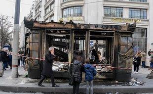 """Un kiosque à journaux brûlé lors de l'acte 18 des """"gilets jaunes"""", le 16 mars 2019."""