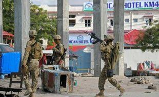 Des soldats somaliens patrouillent près de l'hotel Sahafi à Mogadiscio le 1er novembre 2015 après une attaque qui a fait au moins 12 morts