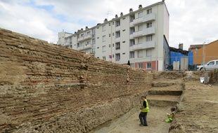 Le mur datant du XVIIIe siècle a été découvert sur les allées Charles-de-Fitte, à l'emplacement d'un ancien garage où sera construit des logements.
