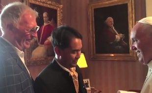 Le pape François accueille un couple gay à l'ambassade du Vatican à Washington, le 23 septembre 2015.