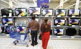 Des télévisions dans un hypermarché à Nantes.