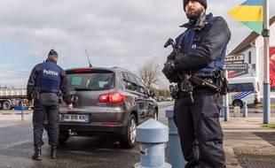 Des policiers belges font des contrôles systématiques de véhicules venant de France, le 24 février 2016 à Adinkerke, sur la frontière franco-belge.