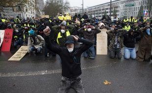 A genoux, les mains posées sur la tête, de nombreux «gilets jaunes» ont mimé la posture des lycéens interpellés, notamment ici à Nantes.