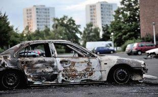 Un véhicule incendié. Illustration.