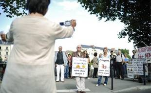 Les détracteurs de l'aéroport de Notre-Dame-des-Landes, hier devant le conseil général.