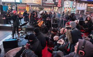 Laurie Anderson se produit en concert pour les chiens, à Time Square, le 4 janvier 2016.