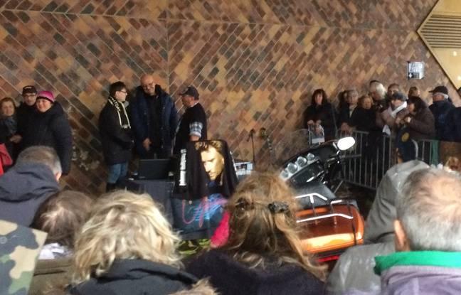 Les fans de Johnny ont écouté ses chansons ensemble, devant la patinoire Mériadeck.