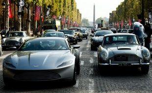 """L'Aston Martin DB10, voiture de James Bond dans le prochain film """"Spectre"""", avec d'autres Aston Martin sur les Champs Elysées à paris, le 11 octobre 2015"""