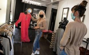La réouverture d'un magasin de vêtements pour femme. (Illustration)