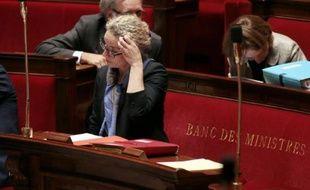 François Hollande a mis fin mardi aux fonctions de la ministre PS de l?Écologie Delphine Batho qui contestait les coupes prévues par le budget 2014 pour son ministère, congédiant pour la première fois un ministre pour manque de solidarité.