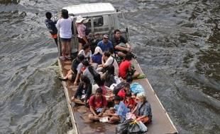 """Les autorités ont prévenu dimanche les habitants vivant le long du fleuve dans le nord de Bangkok de se tenir prêts à évacuer en cas de progression d'inondations """"toujours graves"""", qui épargnent le centre de la capitale thaïlandaise."""