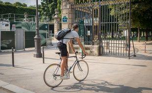 Un cycliste à Paris. (Illustration)