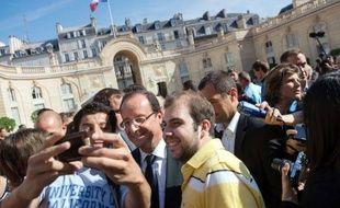 """François Hollande est allé dimanche matin à la rencontre des visiteurs se pressant à l'Elysée à l'occasion des journées du Patrimoine, soulignant que ce lieu de la République appartenait d'abord aux Français, lui-même comme ses prédécesseurs n'en étant que """"les locataires""""."""