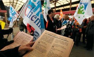 Des syndicalistes ont distribué des tracts à l'arrivée des trains de Bruxelles, hier midi.