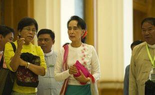 Aung San Suu Kyi (C) quitte le parlement le 19 novembre 2015 à Naypyidaw