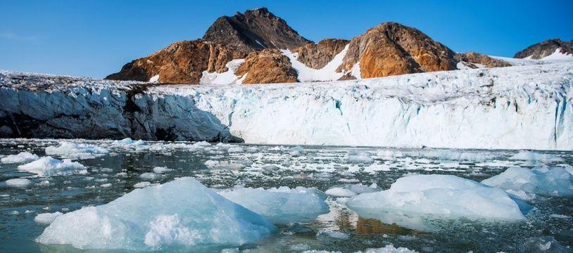 Des morceaux de glace flottent devant le glacier Apusiajik au Groenland, le 17 août 2019.
