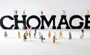 """Photo de figurines posées devant des lettres composant le mot """"chômage"""""""