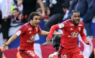 Alexandre Lacazette est ici félicité par Rafael après son but à Toulouse samedi dernier (2-3), son 18e cette saison en Ligue 1. REMY GABALDA