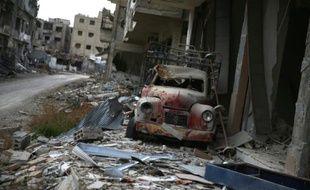 Un véhicule détruit dans les décombres de Jobar le 23 janvier 2016 en Syrie